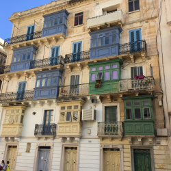 De typiska Maltesiska balkongerna